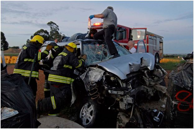 Vehicle smashes into concrete pylons on the R25 off-ramp