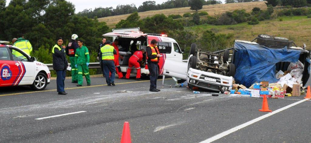 Three injured as bakkie overturns between George and Mossel Bay