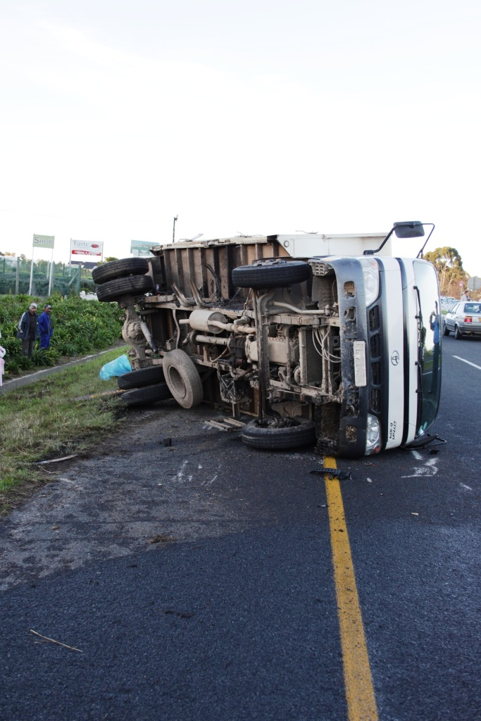 Photos of serious multiple vehicle collision between Stellenbosch and Somerset West