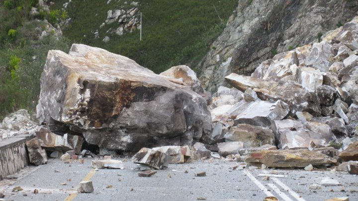 Photos of rockfalls in Outeniqua Pass between George and Oudtshoorn