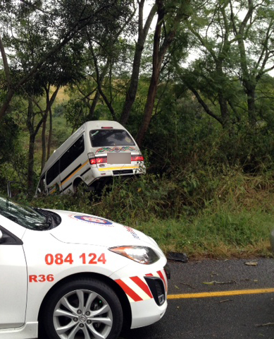 Taxi crashes into tree near Inchanga