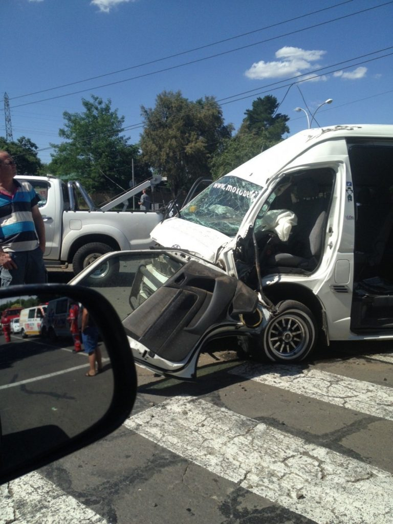 Minibus crash into lamp post causes injuries and power outages in Bloemfontein