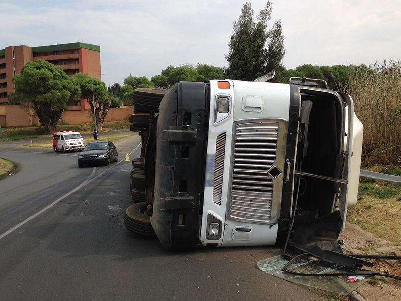 Truck with container overturns in Maraisburg