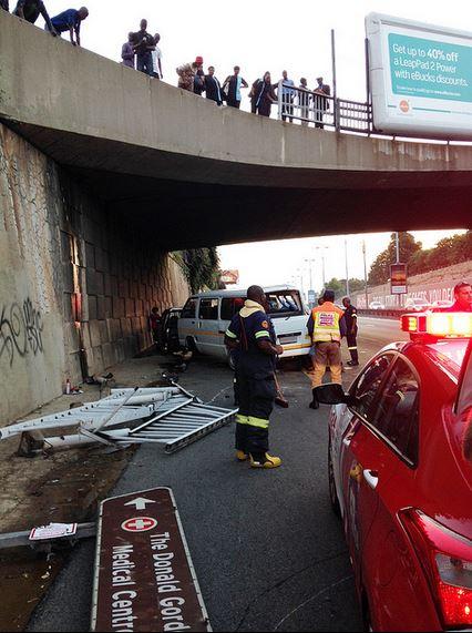 Taxi crash off Parktown bridge - lands on motorway [Photos]