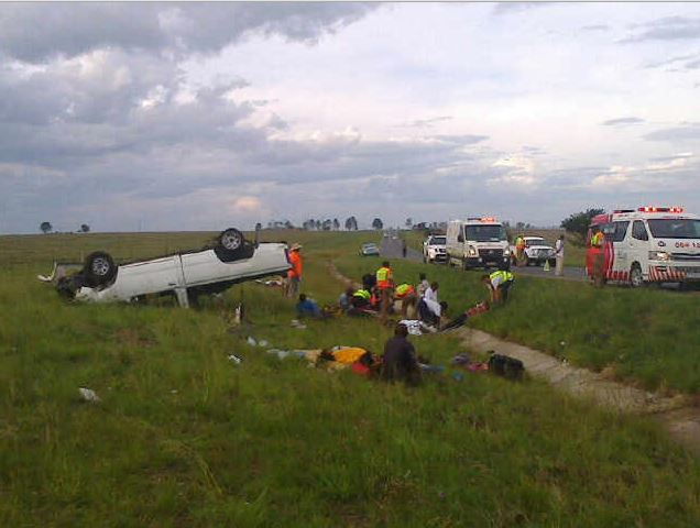 Two fatalities and Passengers scattered when bakkie overturns off the N11