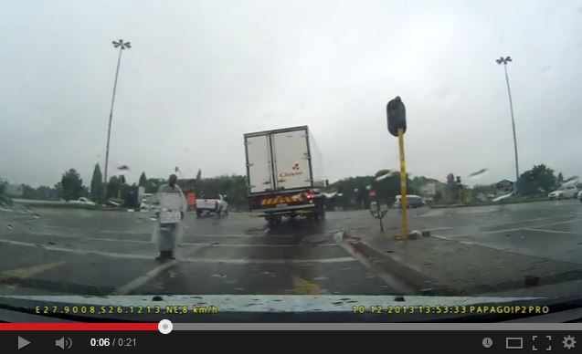 Dashboard camera captures truck in need of an urgent safety check!