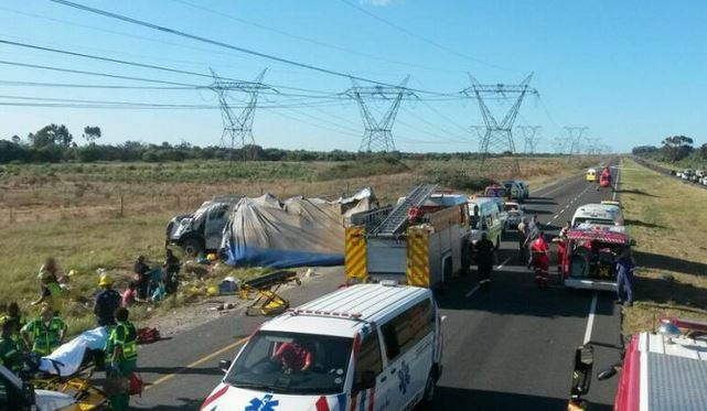 Truck rolls killing 1, injuring scores more on the N7 near Morningstar, Cape Town.