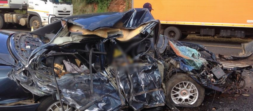 Driver dies after sedan clips truck on N4 Ngodwana, Mpumalanga