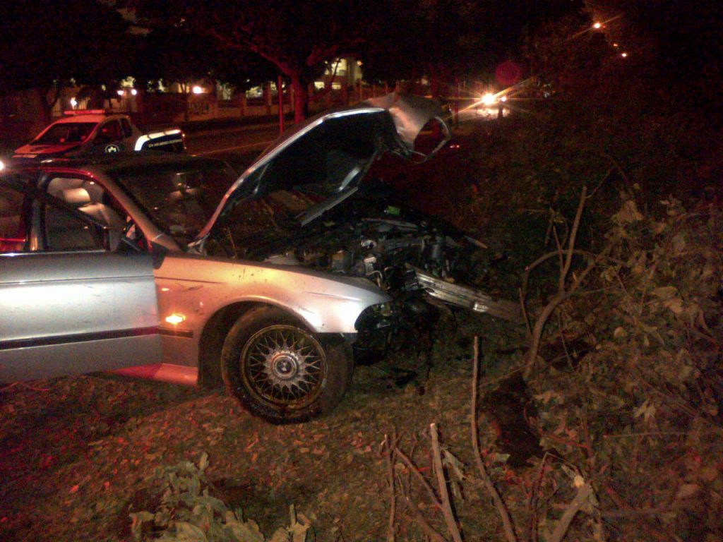 Driver abandons Crash Scene after crashing into trees on Umhlanga Drive