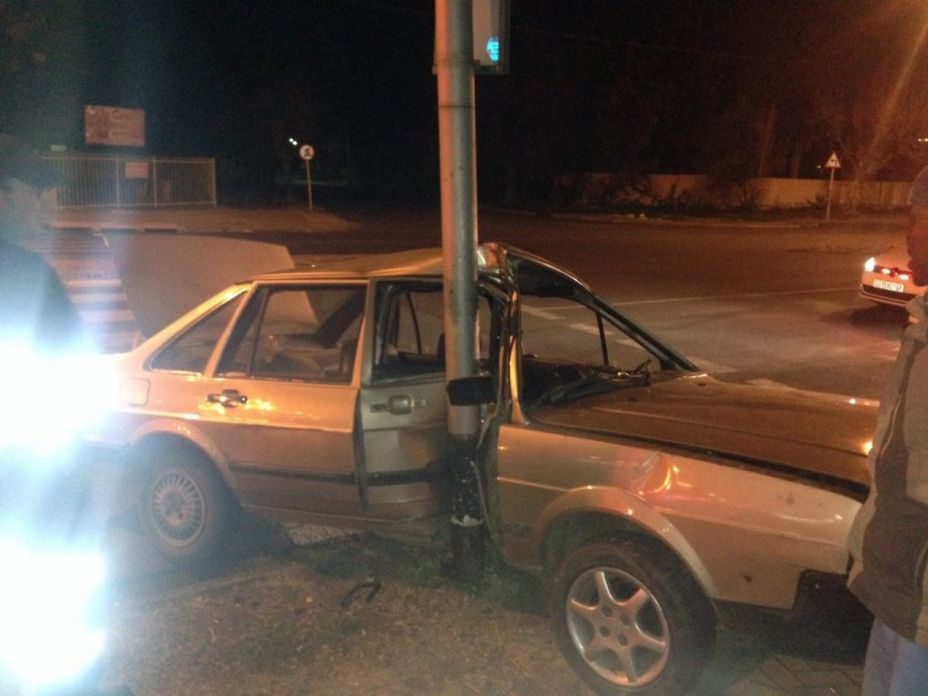 Lucky escape from injury for 2 after crash into lamp post in Bloemfontein