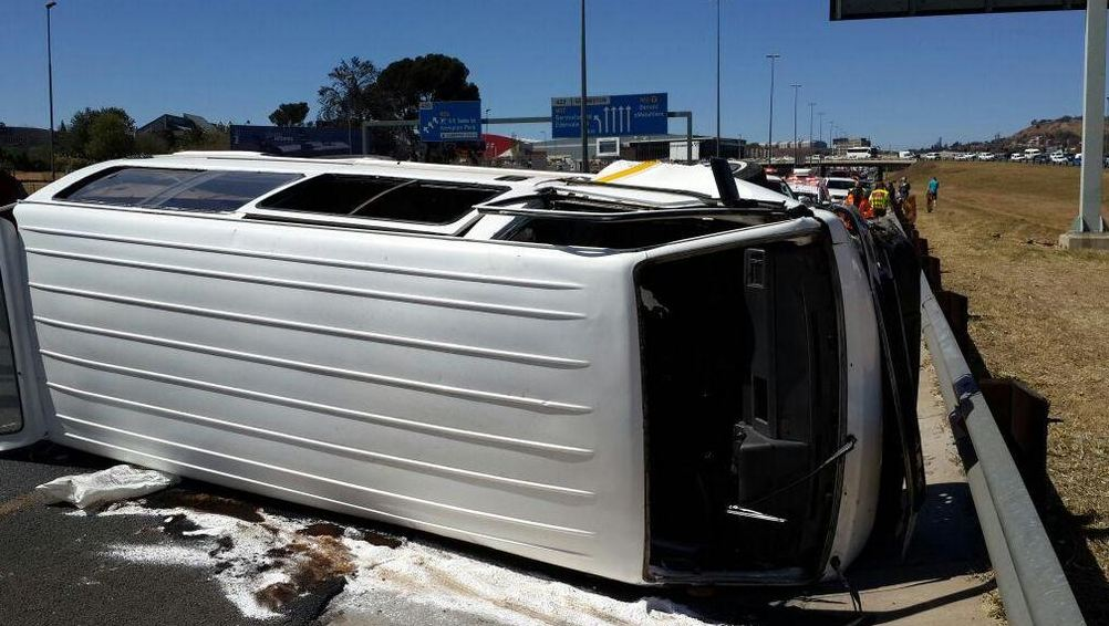 Bedfordview minibus taxi rollover leaves 8 injured