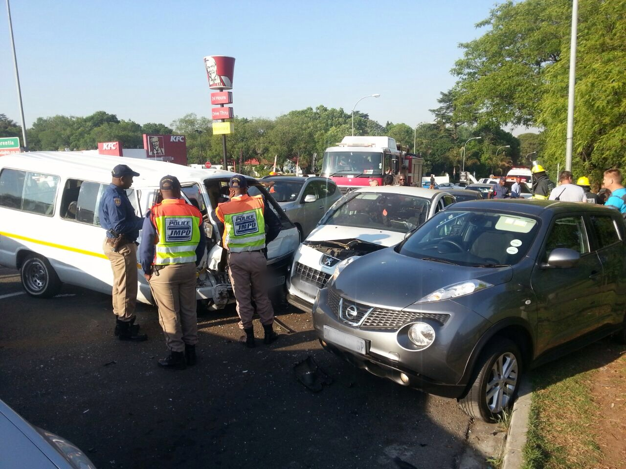 Woman killed and 12 injured in taxi accident (4)