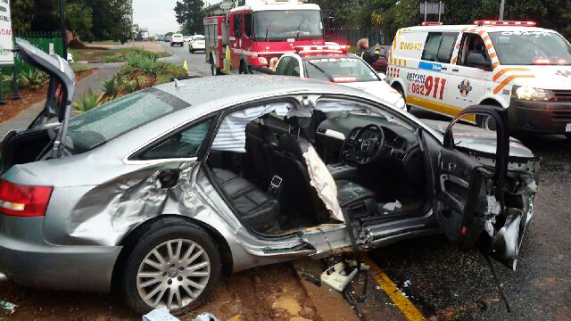 Mechanics at Pinetown Business narrowly escaped injuries when naked driver crashed into high lift jack