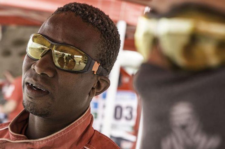 Dakar stage 9  worker