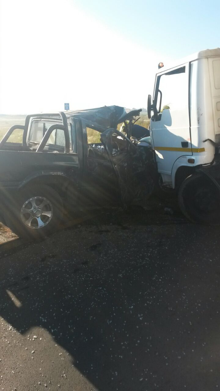 Truck collides with bakkie near Benoni leaving one dead