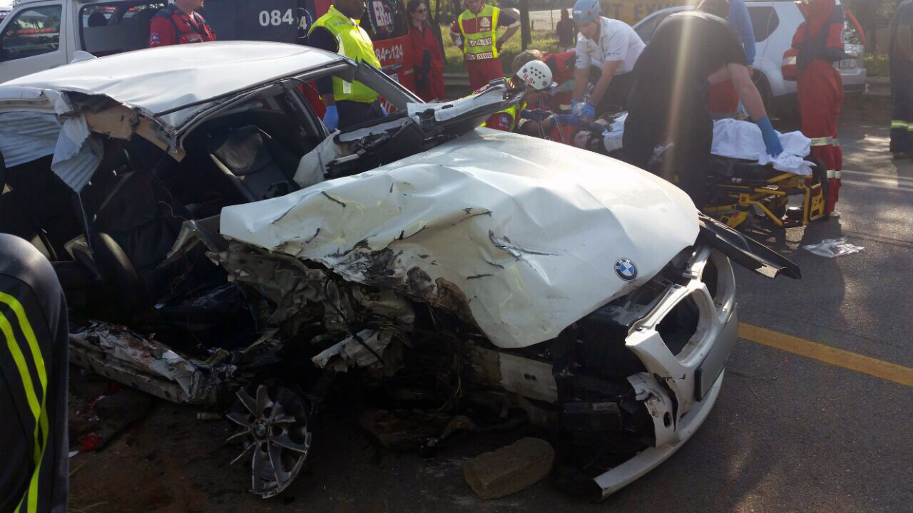Crash into tree in Bryanston leaves 3 injured