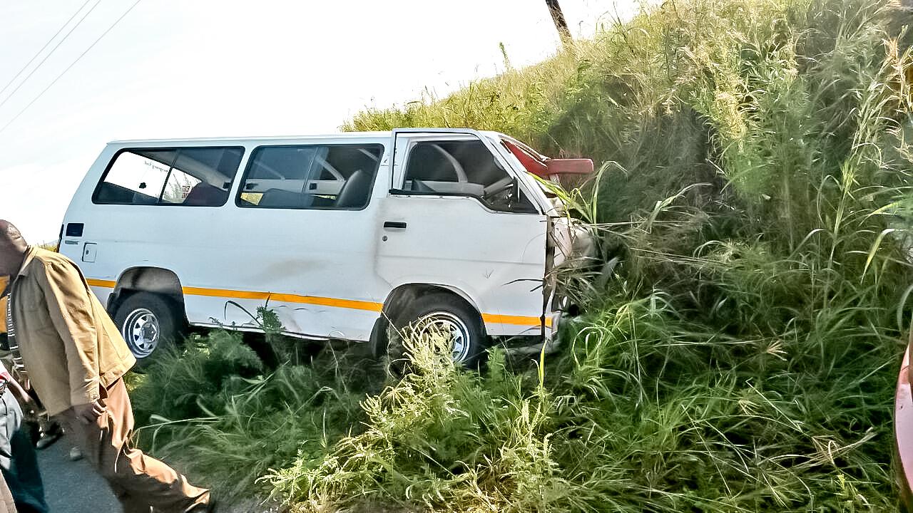 Gamalake taxi crash into embankment leaves 19 injured