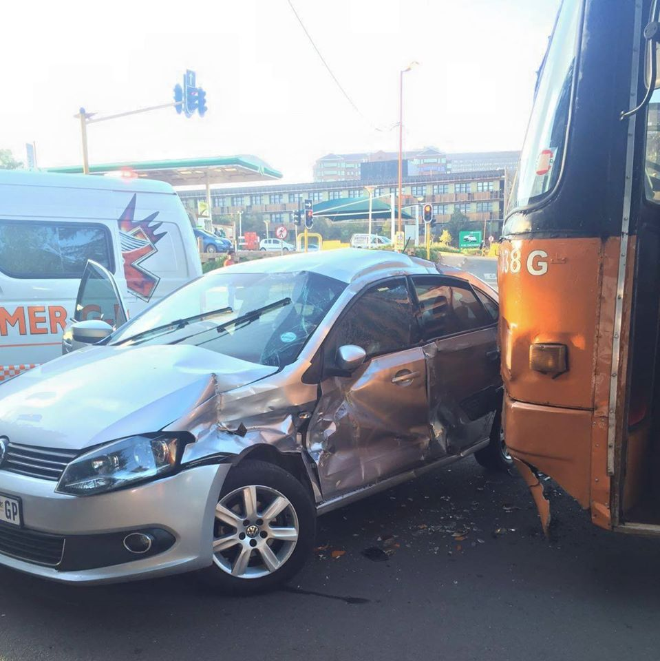 Two injured in crash after bus allegedly skipped a red traffic light in Parktown