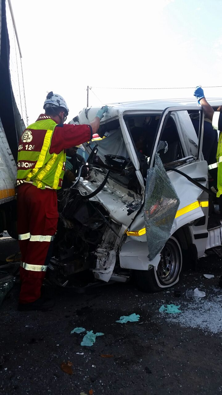 Taxi T-bones truck injuring 14, Hammersdale (1)