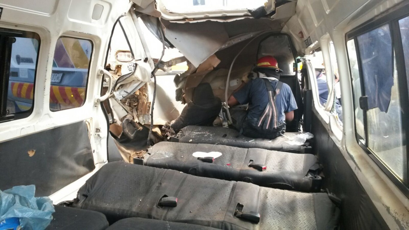 Taxi rear-ends bus injuring 16, Tzaneen (2)