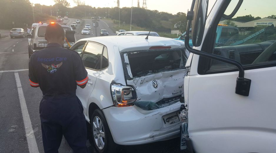 3 injured in crash, Mobeni
