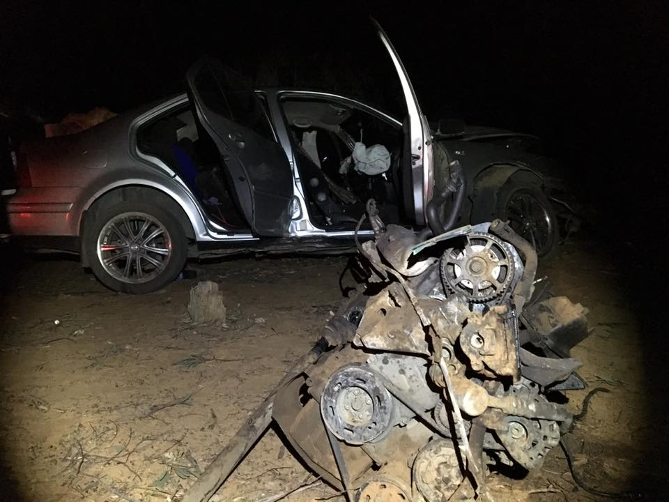 Three injured as vehicle is crashed into tree on N8 outside of Bloemfontein