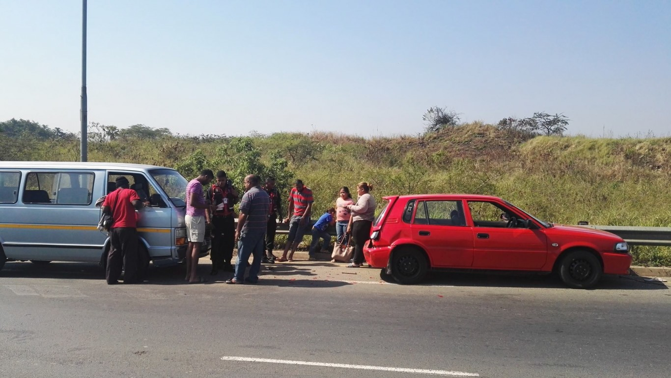 Taxi crashes into stationary vehicle: R102 Verulam
