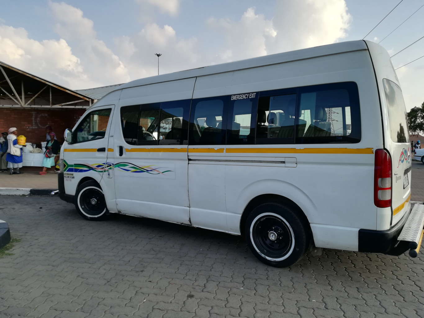 6 Taxi drivers arrested for hindering and obstructing infrastructure in front of the Gallows Hill Traffic Department