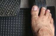 Is Driving in Flip-fop or barefoot illegal in the UK?